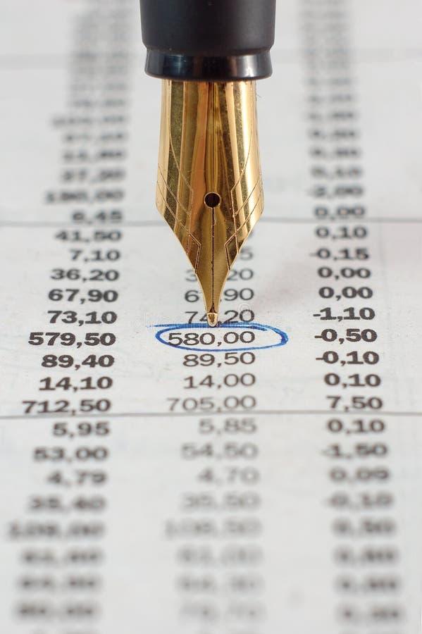 Pena e citações do mercado de valores de ação fotografia de stock royalty free