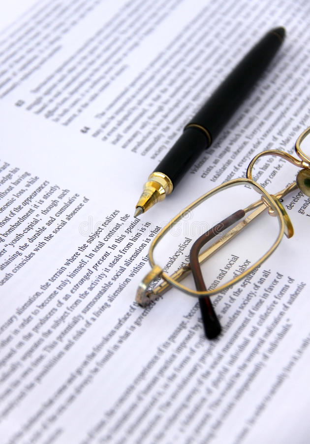 Pena e Eyeglasses em um close up do original imagem de stock royalty free