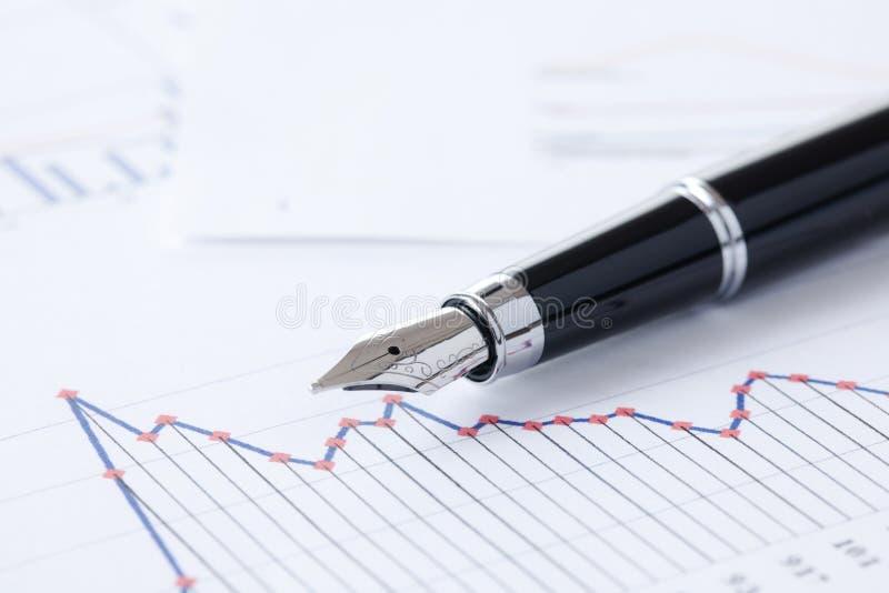 Pena e gráfico de negócio imagem de stock royalty free