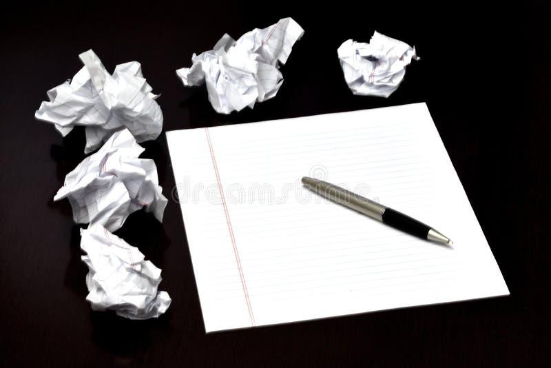 Pena e papel na mesa com ideias doidão rejeitadas foto de stock