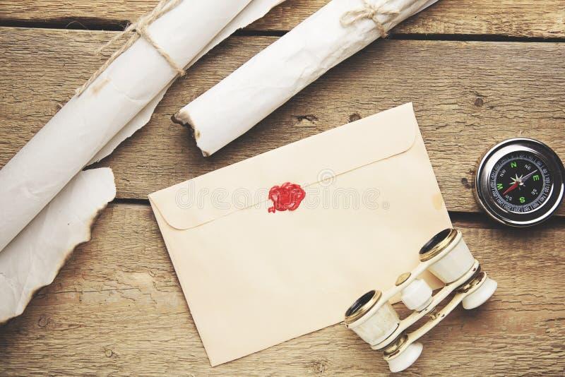 Pena, envelope, telescópio e compasso velhos fotografia de stock royalty free