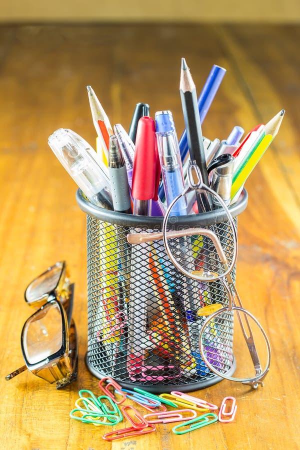 Pena, lápis Acessórios dos estudos do aluno e do estudante fotografia de stock royalty free