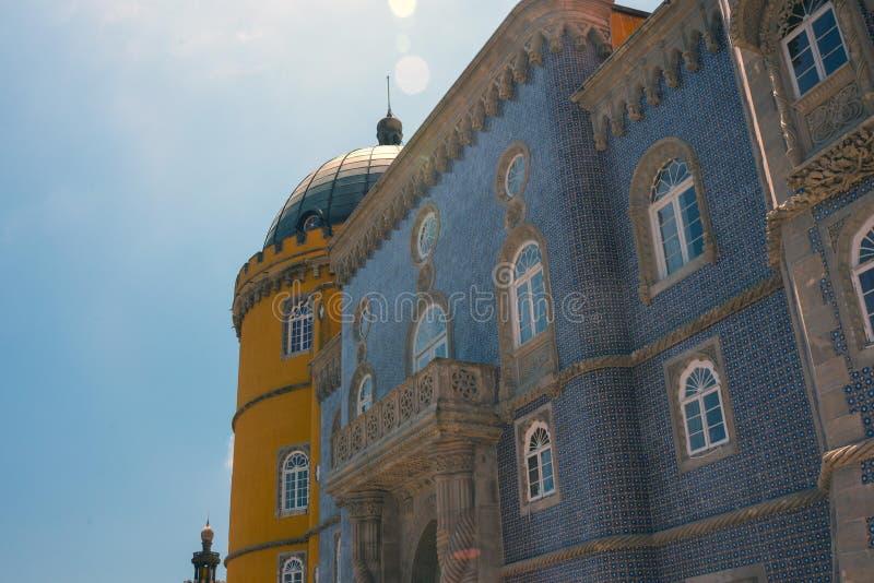 Pena slott Väggarna dekoreras med unika färgrika tegelplattor, som skapar en sagaatmosfär arkivfoton
