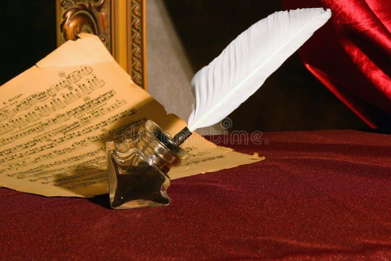 Pena, tinta e uma folha de música. fotografia de stock