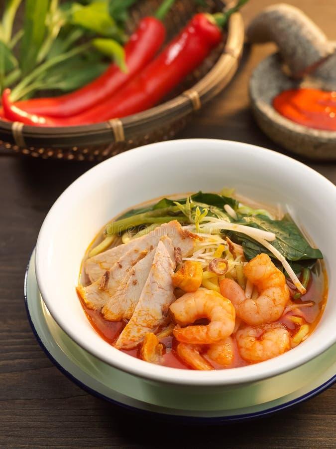 Penang-Garnele Mee-Suppe mit Schweinefleisch, Gemüse, rotem Paprika und shrim stockfoto
