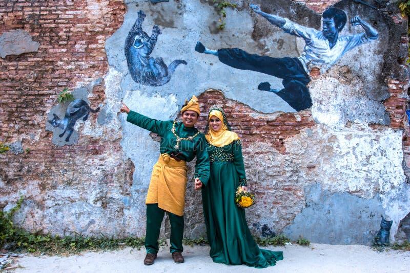 PENANG, MALÁSIA - 28 DE DEZEMBRO DE 2013: Os noivos muçulmanos tomaram pre fotografia de stock
