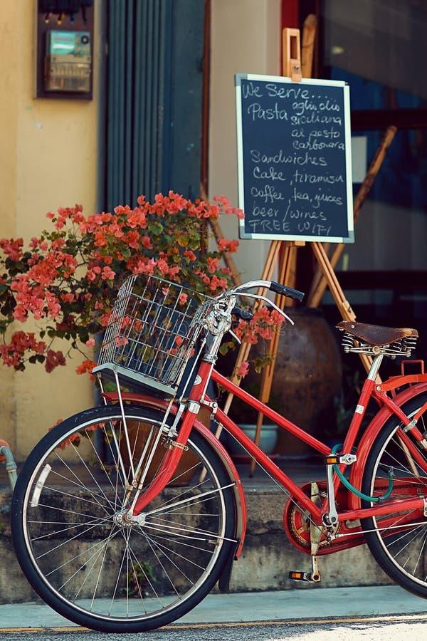 PENANG, MALÁSIA - 1º DE NOVEMBRO DE 2014: Bicicleta velha vermelha, rua Jalan Sehala, George Town imagem de stock