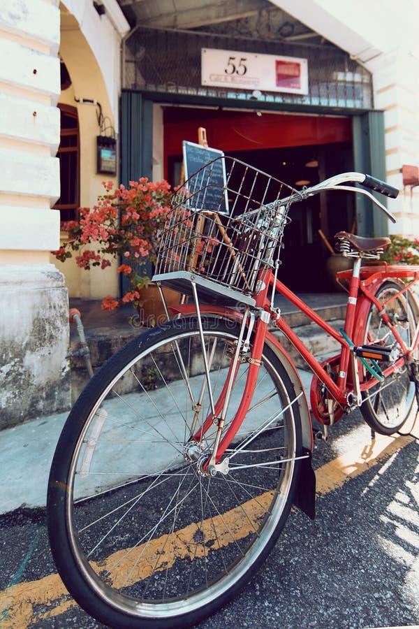 PENANG, MALÁSIA - 1º DE NOVEMBRO DE 2014: Bicicleta velha vermelha, rua Jalan Sehala, George Town imagem de stock royalty free