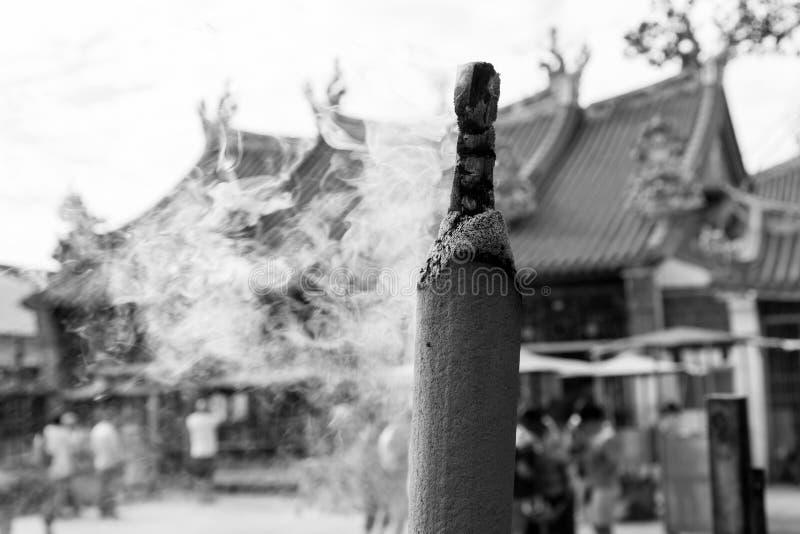 PENANG, MALASIA, el 19 de diciembre de 2017: Palillos de ídolo chino gigantes que queman en un templo foto de archivo