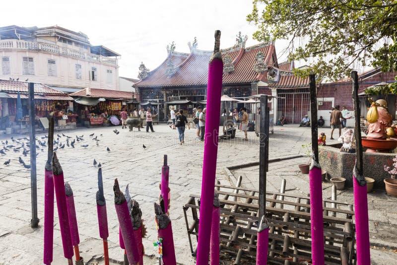 PENANG, MALASIA, el 19 de diciembre de 2017: Quema rosada gigante de los palillos de ídolo chino fotografía de archivo libre de regalías
