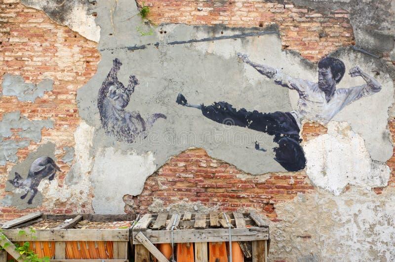 PENANG MALAYSIA - APRIL 18, 2016: Allmän sikt av en vägg- ` som den verkliga Bruce Lee Would Never Do This `en målade vid 101 bor arkivfoto