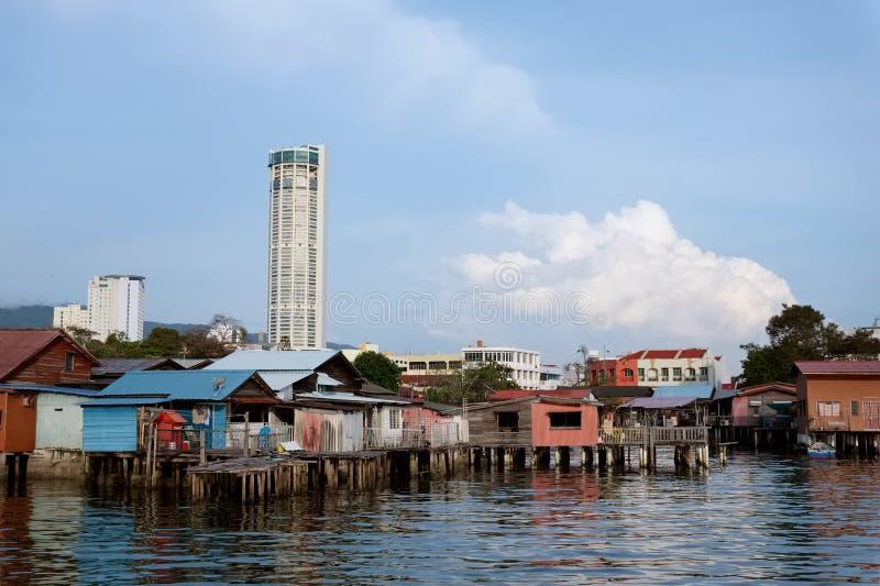 PENANG MALAYSIA, NOVEMBER 2016: Sikt till den Komtar skyskrapan från den gamla kinesiska bryggan, Penang, Malaysia arkivfoto