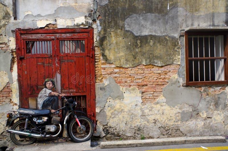PENANG MALEZJA, Kwiecień, - 18, 2016: Ogólny widok malowidło ścienne 'chłopiec na rowerze' malował Ernest Zacharevic obraz stock
