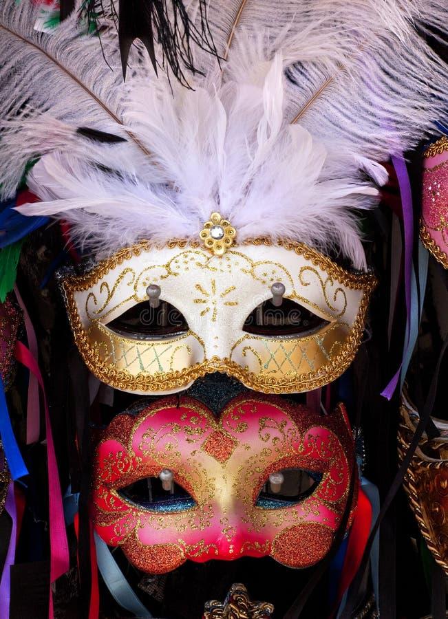 Penas brancas Veneza das máscaras Venetian vermelhas brancas fotografia de stock