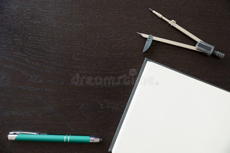 Penas, caderno e compasso de desenho foto de stock royalty free