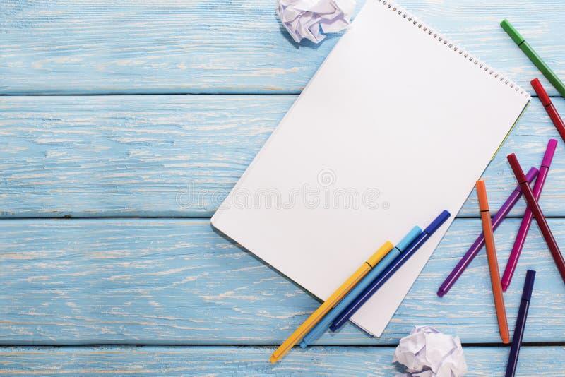 Penas de feltro e folha coloridas do Livro Branco fotos de stock