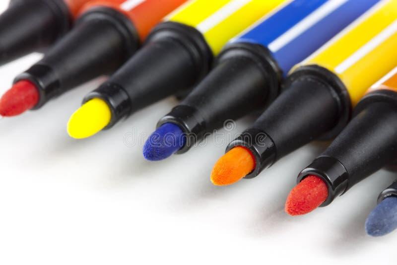 Penas de marcador coloridas - fundo branco fotografia de stock royalty free