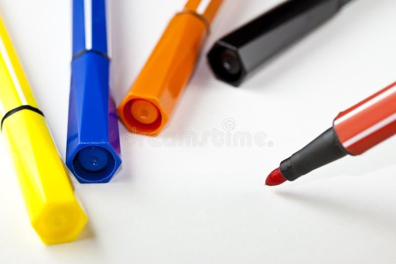 Penas de marcador coloridas - fundo branco fotografia de stock