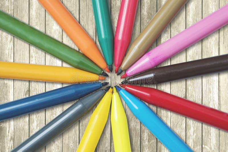 Penas de marcador coloridas na tabela fotografia de stock royalty free