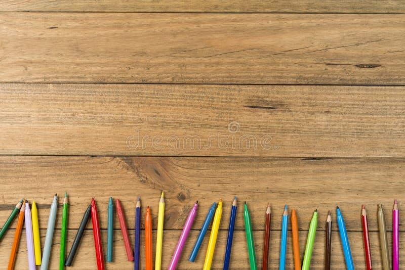Penas de marcador e lápis coloridos em placas de madeira imagens de stock royalty free