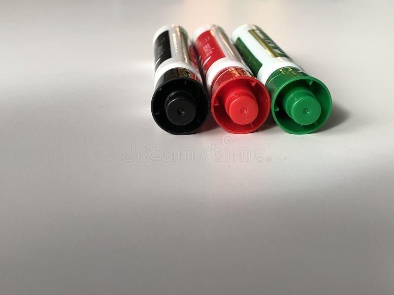 Penas de marcador modeladas com cor vermelha e verde preta imagens de stock