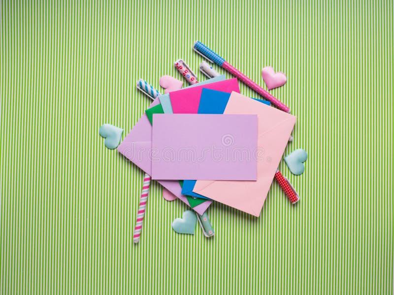 Penas e envelopes coloridos com cartão vazio imagem de stock royalty free