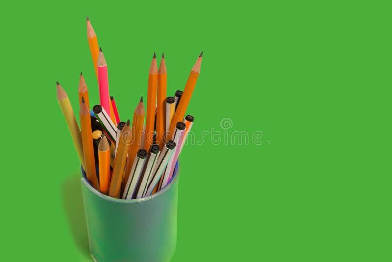 Penas e lápis em um penholder foto de stock