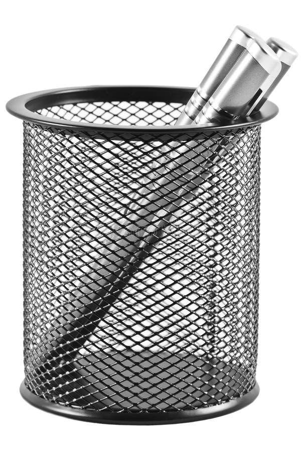 Penas em um suporte da pena no formulário de um balde do lixo preto imagens de stock royalty free
