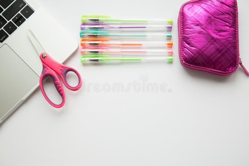 Penas, tesouras e portátil coloridos fotos de stock