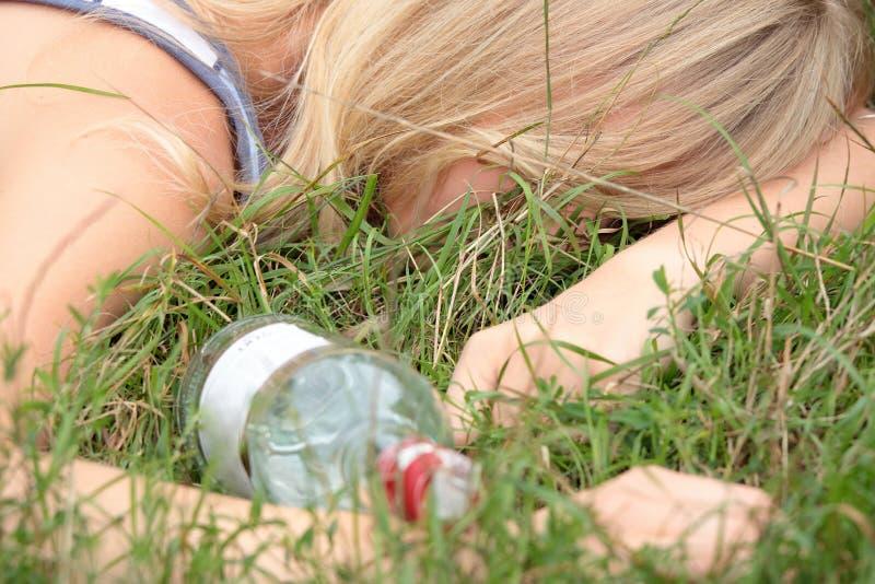 Penchant d'alcool de l'adolescence photo stock