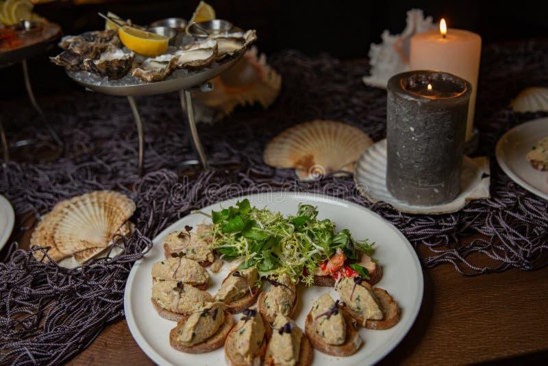 Penchez le patee de foie, prunes sèches, bruschette Thème nautique photo libre de droits