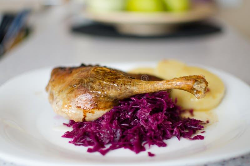 Penchez-vous avec le chou et les boulettes, la jambe cuite au four de canard, canard cuit au four avec le chou rouge - peu profon photographie stock libre de droits