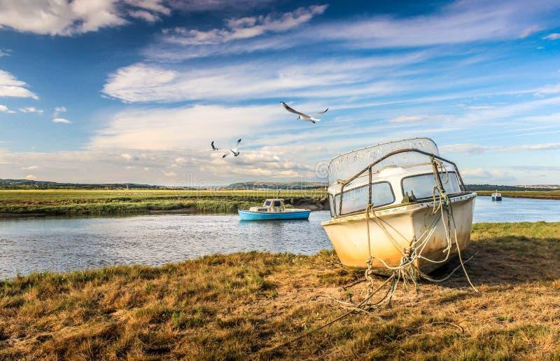 Penclawdd ουαλλικά: Μάνδρα-clawdd-περιφράξτε τις βάρκες στην εκβολή Loughor στο χρώμα στοκ εικόνα με δικαίωμα ελεύθερης χρήσης