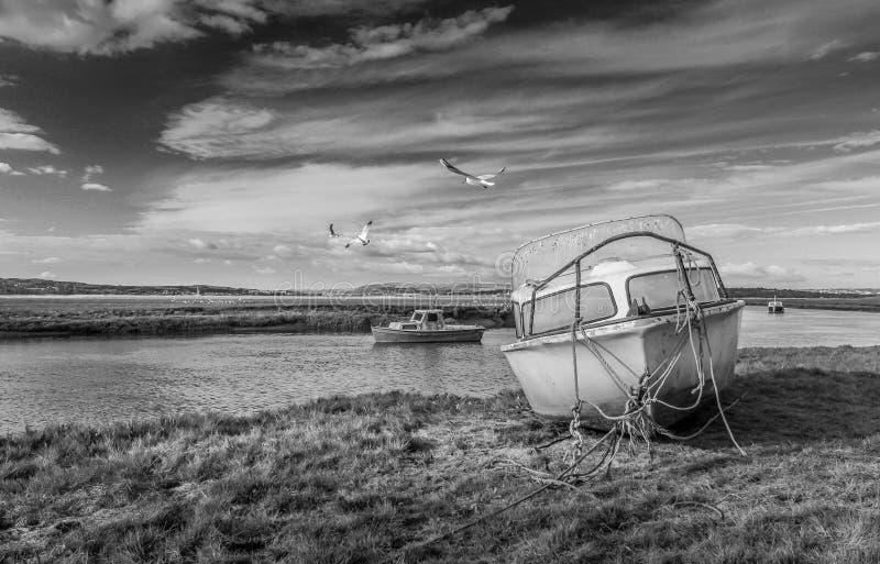 Penclawdd Welsh: Шлюпки ручки-clawdd на лимане Loughor стоковое изображение rf