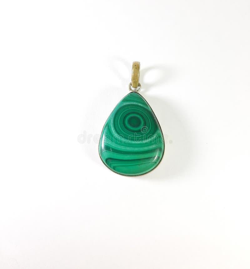 Pendant argenté de photo avec la pierre verte de malachite sur un fond blanc, cadeau d'image photos libres de droits