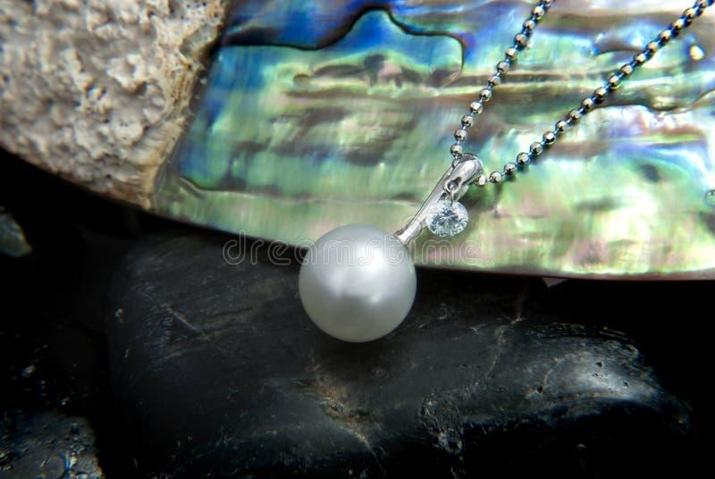 Pendant d'or blanc avec la perle de Tahitian et le Diamond On Mother de la coquille de perle photo libre de droits