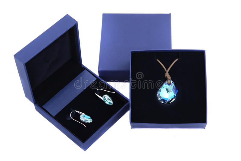 Pendant et boucle d'oreille de pierre bleue dans la boîte actuelle bleue image stock