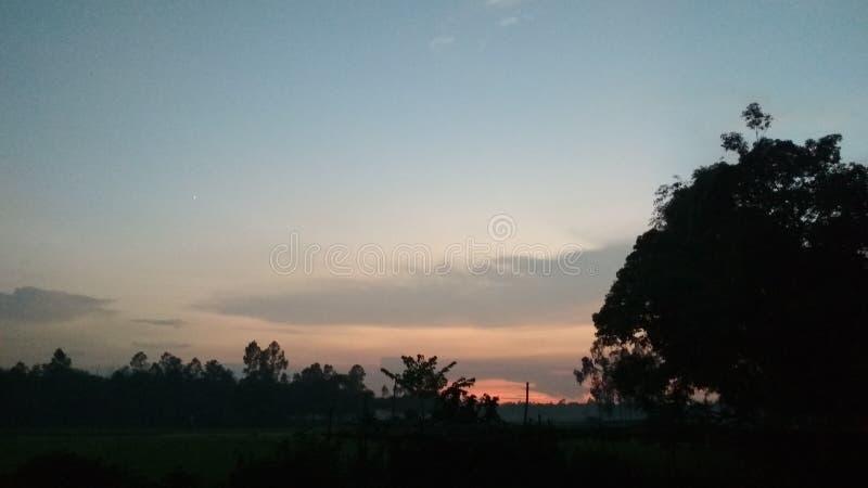 Pendant l'après-midi le moment de coucher du soleil photo libre de droits
