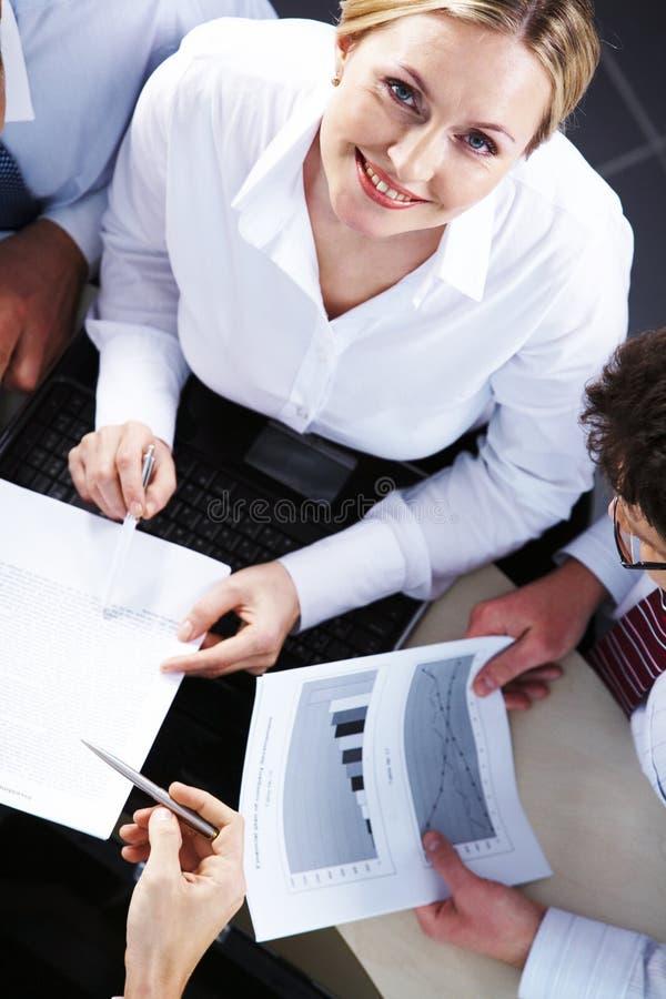 Pendant les négociations images stock