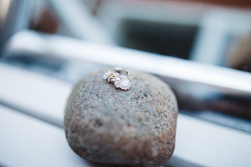 Pendant sur le fragment de roche de Brown pendant la journée photographie stock