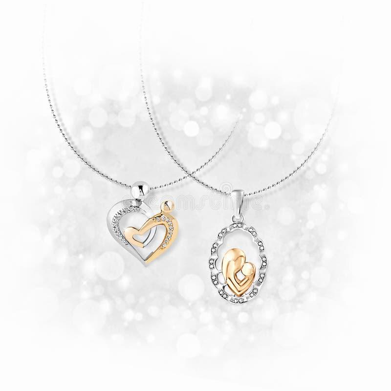 Pendants d'or avec des diamants sur le fond blanc photographie stock