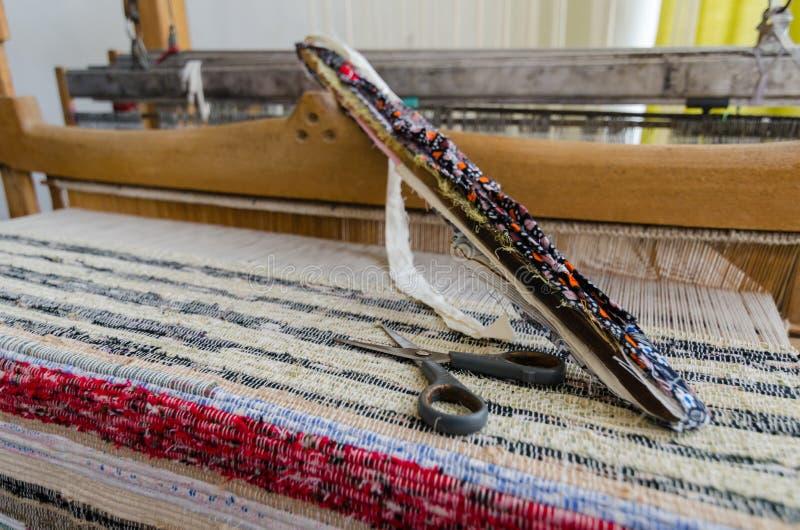Pendel op het antieke weefgetouw en de draad royalty-vrije stock fotografie