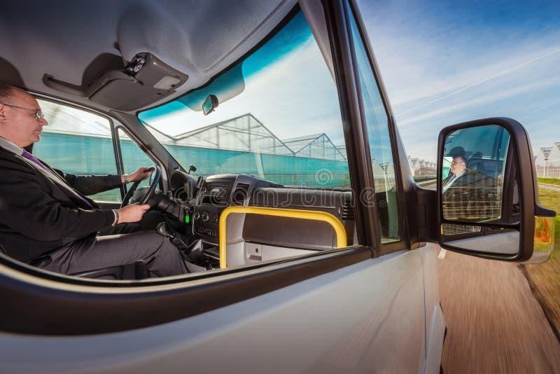 Pendelbuschauffeur in de zomer stock foto's