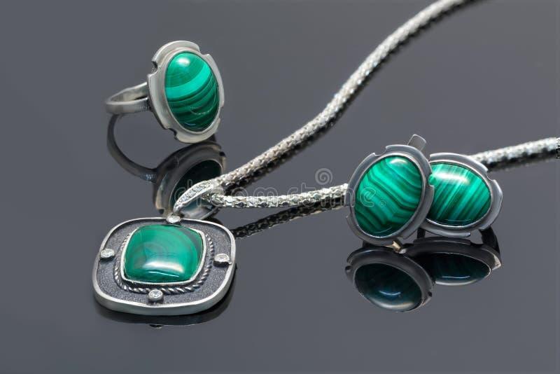 Pendente, brincos e anel da prata do vintage do close up com malaquite fotos de stock