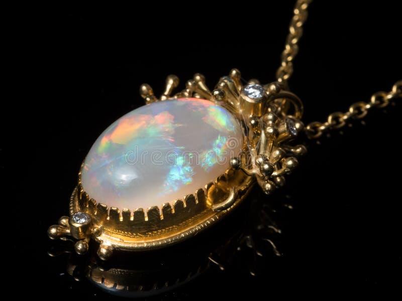 Pendente de uma colar feita do ouro, pedra preciosa da opala imagens de stock royalty free