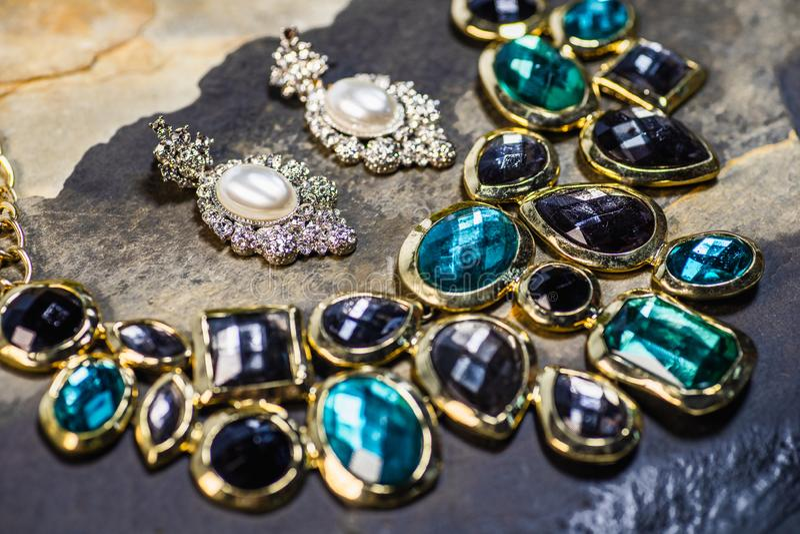 Pendente dos brincos e das pedras preciosas da pérola, joia tradicional Joia fêmea do vintage bonito no fundo escuro das pedras s fotografia de stock royalty free