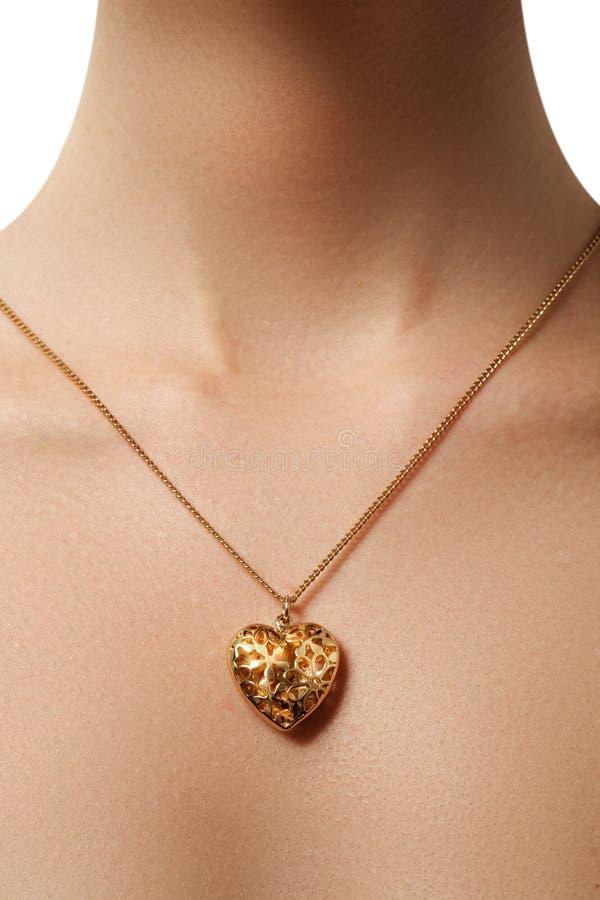 Pendente dourado do coração Beleza e conceito da joia Vestir da mulher foto de stock royalty free