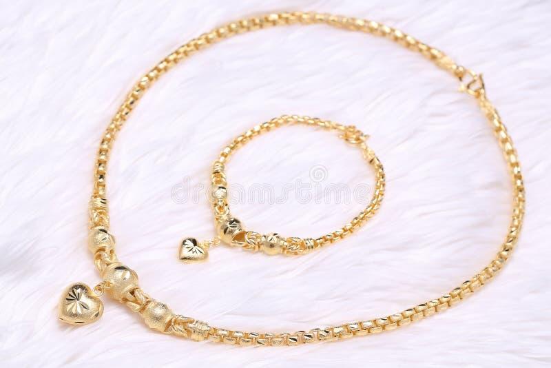 Pendente dourado do coração, laço do pescoço, bracelete dourado imagem de stock