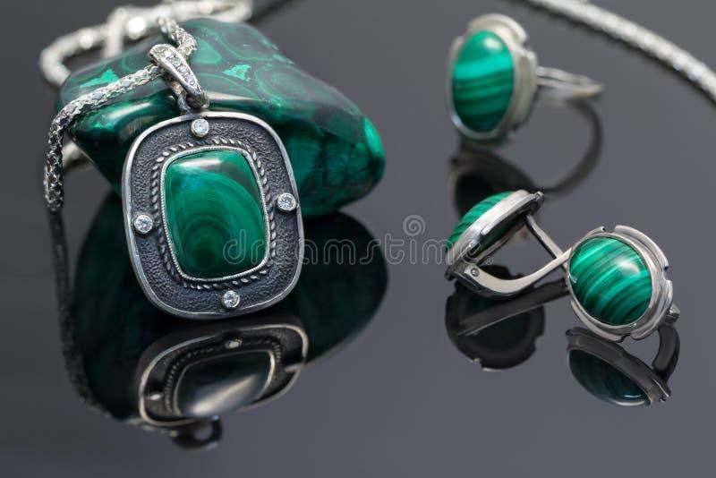 Pendente e brincos da prata do vintage do close up com malaquite foto de stock