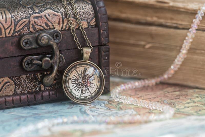 Pendente e cofanetto della bussola con i vecchi libri fotografia stock libera da diritti
